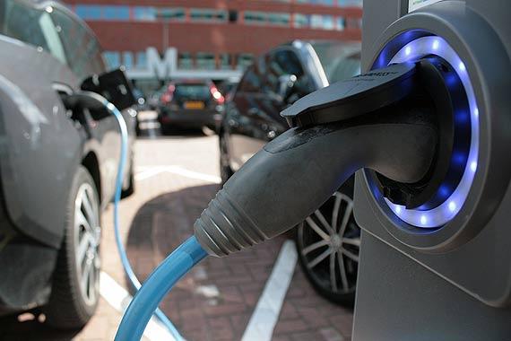 Urzędnicy będą ekologiczni. Chcą kupić samochód elektryczny lub hybrydowy