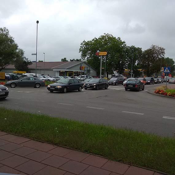 """Czytelnik: """"Kolejka do stacji paliw blokuje dojazd w kierunku przeprawy promowej!"""""""