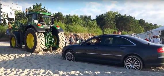 Luksusowe Audi zakopało się na plaży
