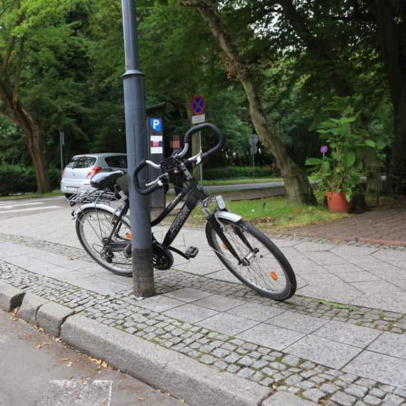 Hyundai zajechał drogę rowerzystce! 58 - letnia kobieta z bólem kręgosłupa trafiła do szpitala!