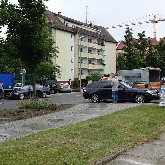 Kolejna kraksa na Piastowskiej! Znowu uszkodzony został zaparkowany samochód!
