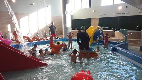 """Uczniowie """"Jedynki"""" skorzystali z atrakcji nowego aquaparku!"""