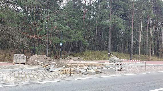 Rozkopana ścieżka rowerowa na Warszowie. Czytelnik ostrzega: Uwaga na wysokie krawężniki