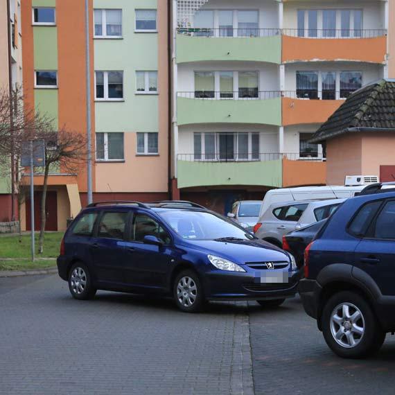 Zaparkował i zapomniał zaciągnąć hamulca ręcznego. Osobówka wyjechała na środek drogi
