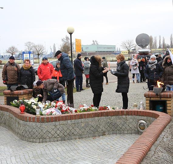 Zawyły syreny, złożono wieńce - pamiętamy o 25. rocznicy zatonięcia promu Jan Heweliusz. Zobacz film!