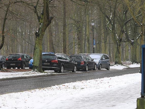Parking przed komendą policji jest stanowczo za mały. Czy miasto planuje jego przebudowę?