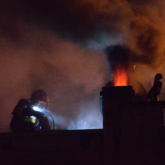 Płonęła sadza w kominie. Strażacy ugasili pożar i zbadali obecność niebezpiecznych gazów