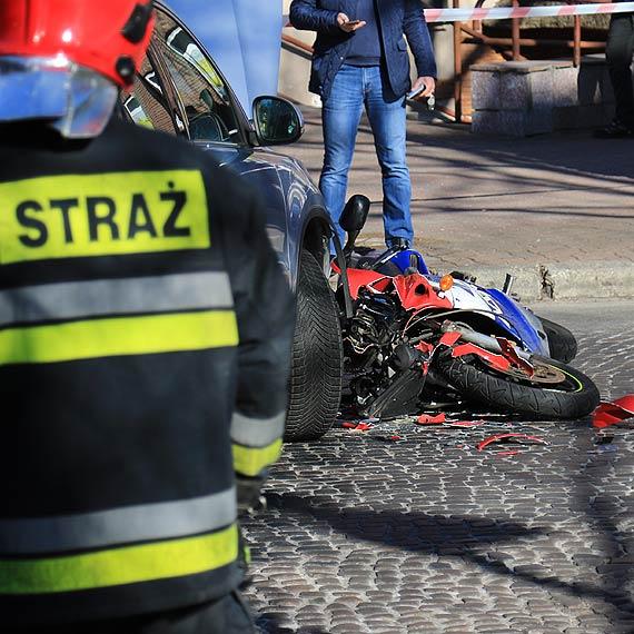 Czołowe zderzenie samochodu z motocyklistą!