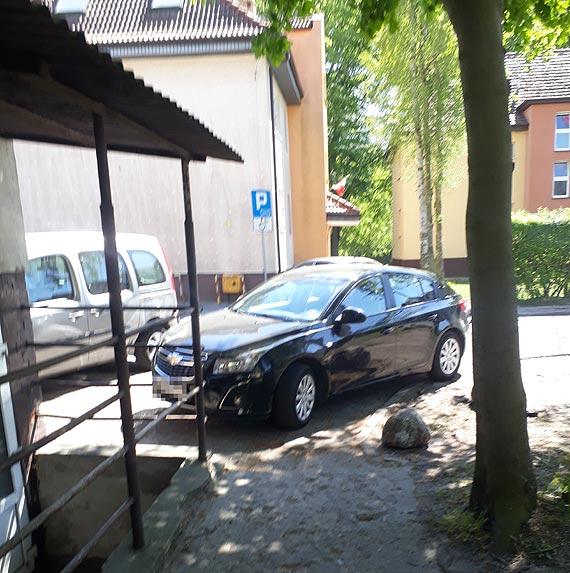 Notoryczny brak miejsc parkingowych przy Grodku