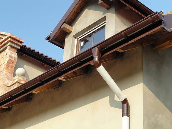 Przegląd systemów rynnowych - od dachów płaskich, przez skośne, po nietypowe