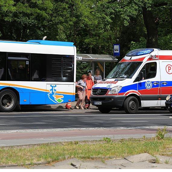 Podczas hamowania w autobusie przewróciła się pasażerka. Kobieta została zabrana do szpitala