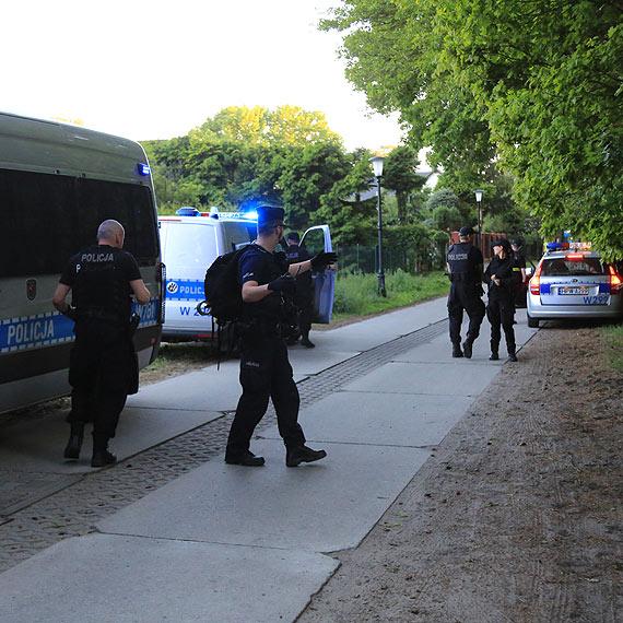 W lesie przy ulicy Zamkowej rozgrywa się dramat - policja poszukuje zaginionej kobiety. Zobacz film!