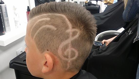 Jaka fryzura dla chłopca? Teraz w grę wchodzi wzorek