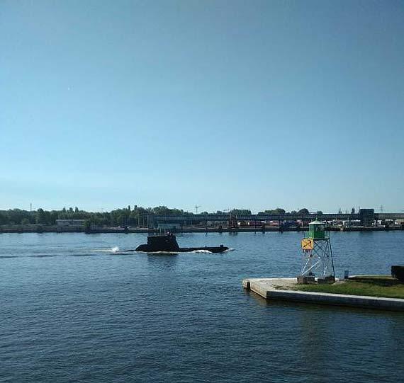 Łódź podwodna przy wybrzeżu? Co ta jednostka robi na naszych wodach?