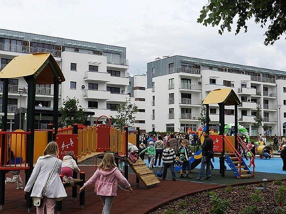 Plac zabaw przy ulicy Malczewskiego. Są stojaki, będzie nowa huśtawka i trampoliny