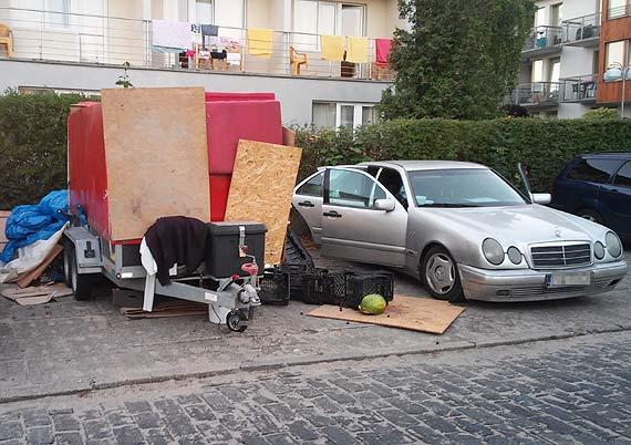 Wysypisko śmieci na parkingu zaraz przy apartamentowcach
