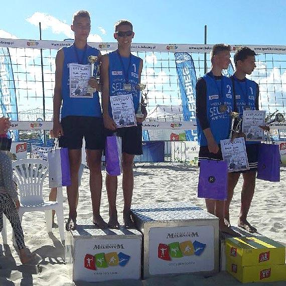 """Kolejny sukces młodych siatkarzy ,,Maratonu"""" Świnoujście w  Ogólnopolskim Turnieju w siatkówce plażowej"""