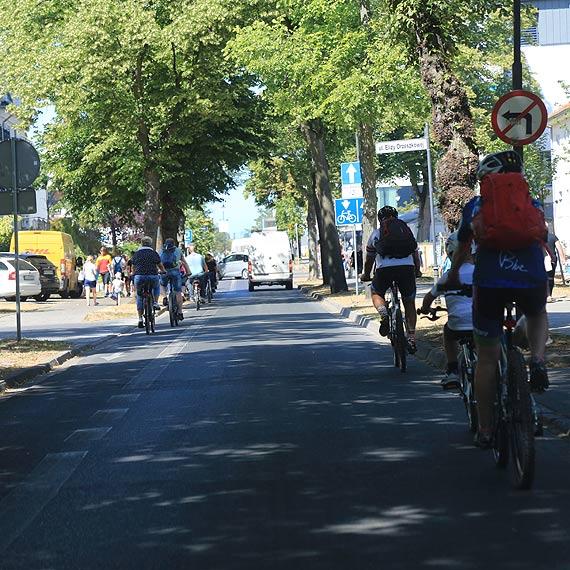 Na prawo rowery, na lewo rowery a środkiem samochody... w Świnoujściu