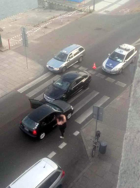 """Jadąca """"pod prąd"""" Niemka spowodowała wypadek. Poszkodowany mężczyzna został zabrany do szpitala"""