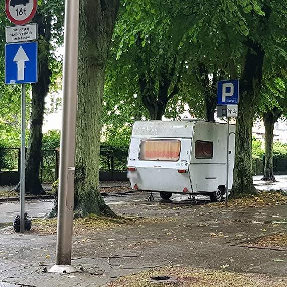 Niemiecki turysta spędza wakacje na parkingu w swoim kempingu