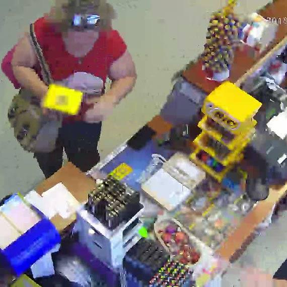 Klientka kiosku ukradła telefon?