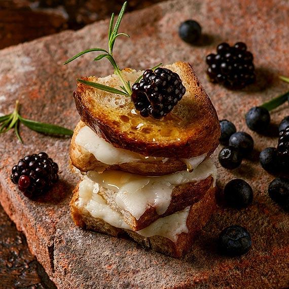 Soczysty smak pełni lata: Tosty z miodem, serem Podlaskim i jeżynami