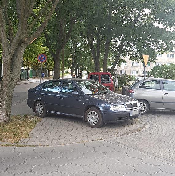 Zaparkował na chodniku