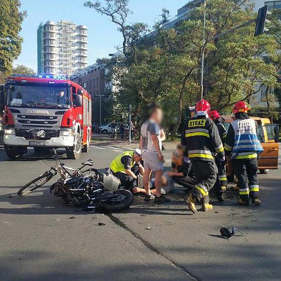 Obywatelka Niemiec wyjechała wprost pod koła motocykla. Motocyklista w stanie ciężkim został helikopterem przetransportowany do szpitala