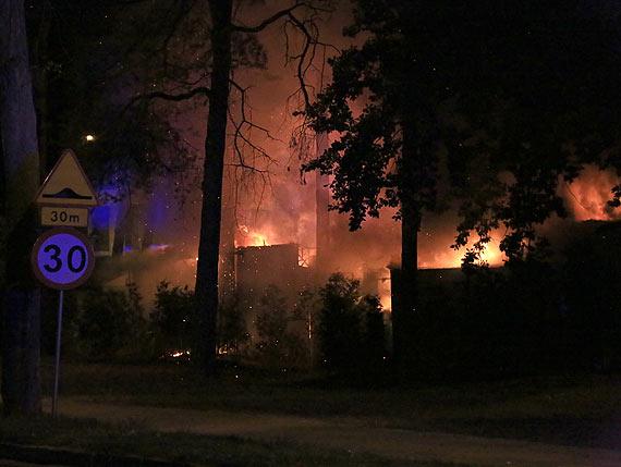 Niemiecki rynek w ogniu! Z szalejącym pożarem walczyło 6 zastępów straży pożarnej! Właściciele stali ze łzami w oczach. Zobacz film!