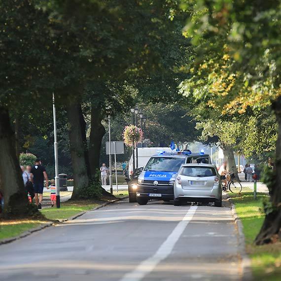 """Toyota na niemieckich numerach najpierw jechała """"pod prąd"""", następnie uderzyła w radiowóz"""