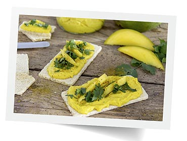 Chrupiące przekąski z aromatyczną pastą mango – curry i kolendrą. Bezglutenowa przekąska dla smakoszy zdrowej kuchni