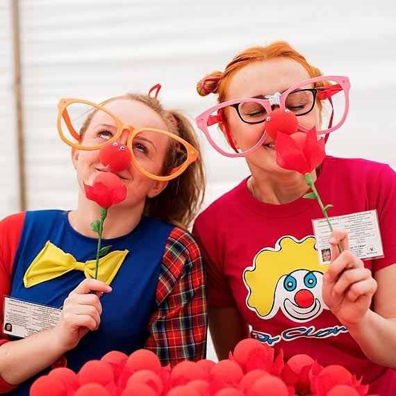 """Światowy Dzień Uśmiechu. """"Uśmiechnij się, podaj dalej""""- zachęca Fundacja """"Dr Clown"""" w Gdańsku, Gdyni, Starogardzie Gdańskim i 23 polskich miastach"""
