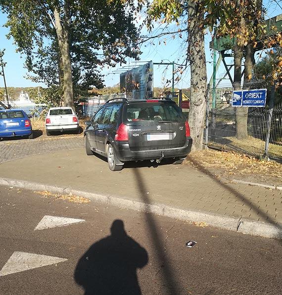 Zastawiony chodnik nie interesuje policjantów?