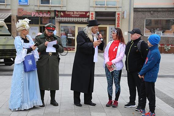 Reprezentanci trzech pokoleń wzięli udział w grze miejskiej z okazji 100-lecia odzyskania niepodległości
