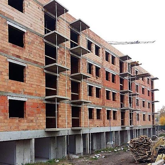 Budowa przy ulicy Steyera. Budynek komunalny już z dachem