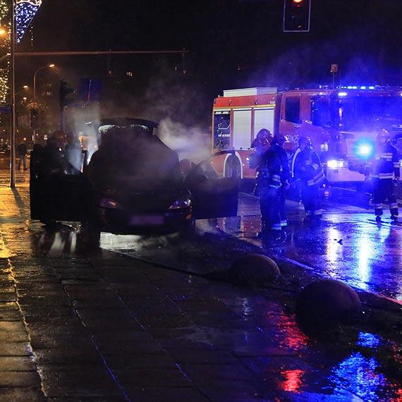 Samochód w płomieniach na jednej z głównych ulic miasta