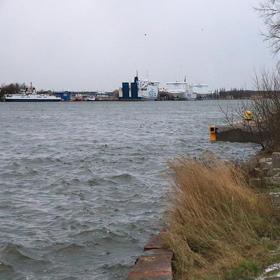 Wiatr słabnie, opada woda. Przeprawa promowa funkcjonuje normalnie