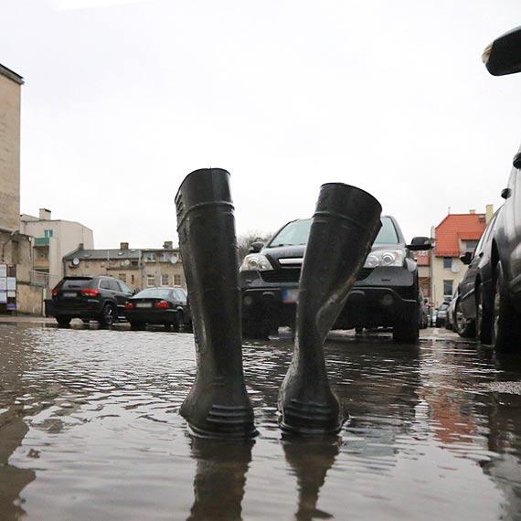 Z tego parkingu nie wyjdziesz suchą stopą!