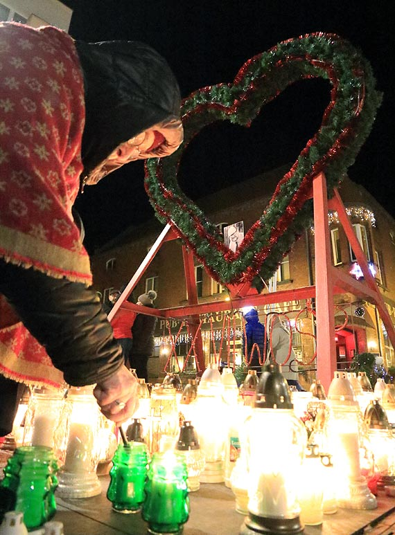 Spontaniczne pożegnanie prezydenta Gdańska - na Placu Wolności zabłysły światełka pamięci. Zobacz film!