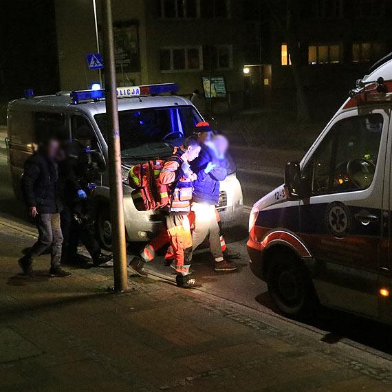 Pobity mężczyzna leżał na chodniku do czasu przyjazdu karetki