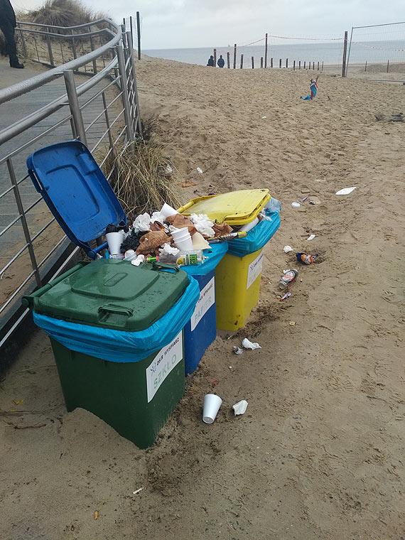 """Śmietnikowy """"witacz"""" na plaży"""