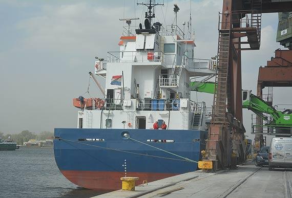 Nielegalne papierosy na statku w szczecińskim porcie