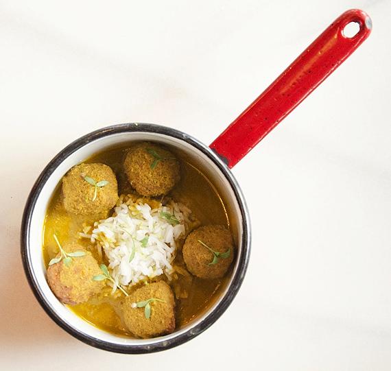 Pachnące gotowane kuleczki mięsne z warzywami – idealne na jeden kęs - bez jajka i bez bułki tartej