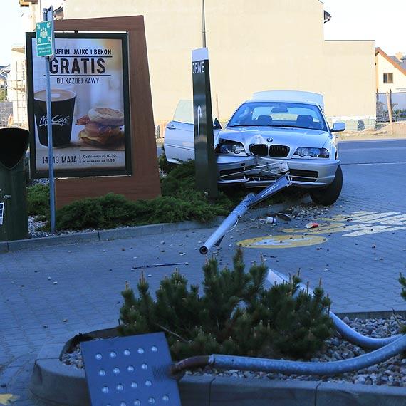 BMW staranowało latarnię. Kierowca i pasażerowie oddalili się