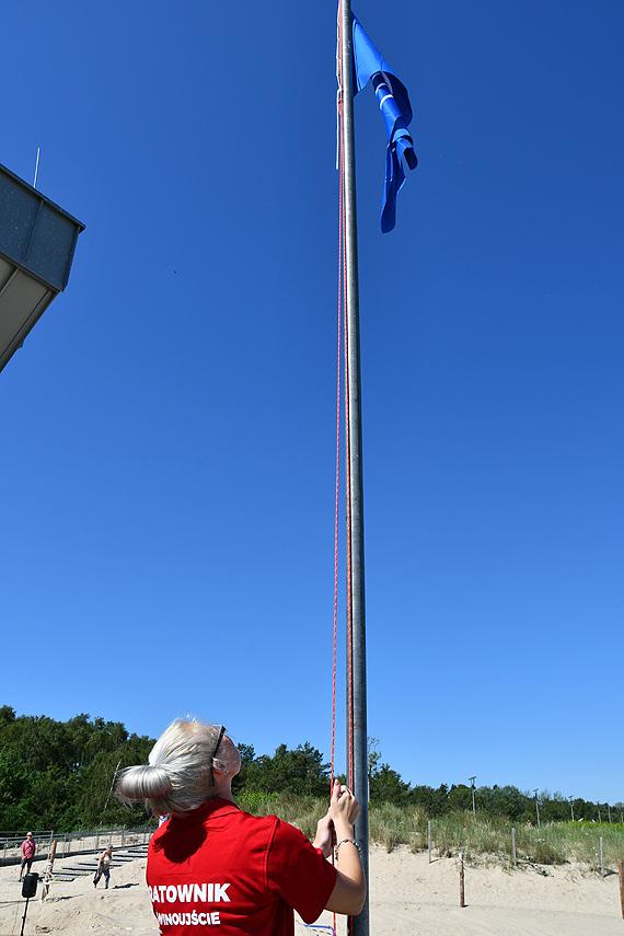 Błękitna flaga zawisła na świnoujskiej plaży, od jutra ratownicy i bezpłatne zajęcia fitness