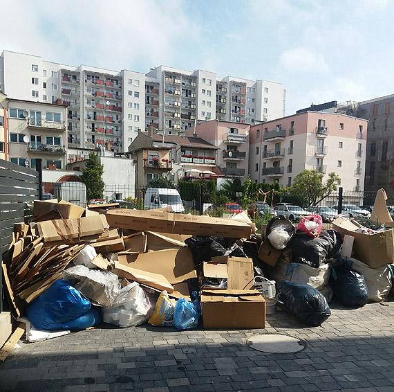 Mieszkańcy mają dość śmieci wokół budynku. Poprosili redakcję o pomoc