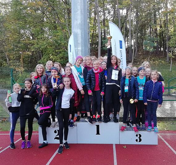 Sztafetowe biegi przełajowe z udziałem szkolnych sportowców