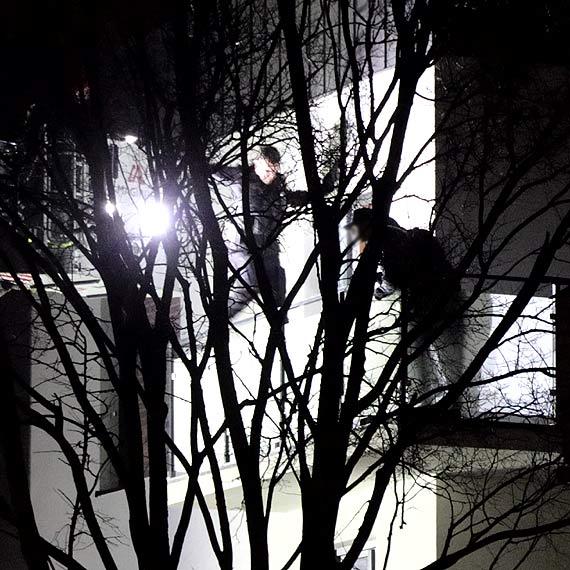 Z balkonu głośno krzyczał i wzywał pomocy. Mężczyzna nie chciał wpuścić służb. Zobacz film!