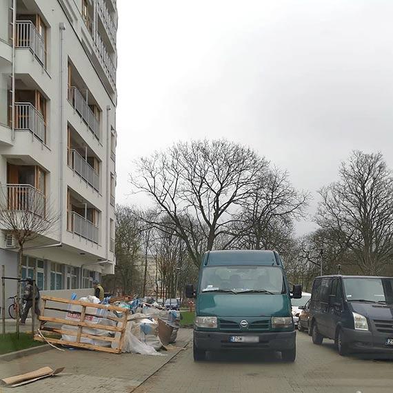 Czytelnik: Blokują ulicę osiedlową i się nawet nie spieszą!