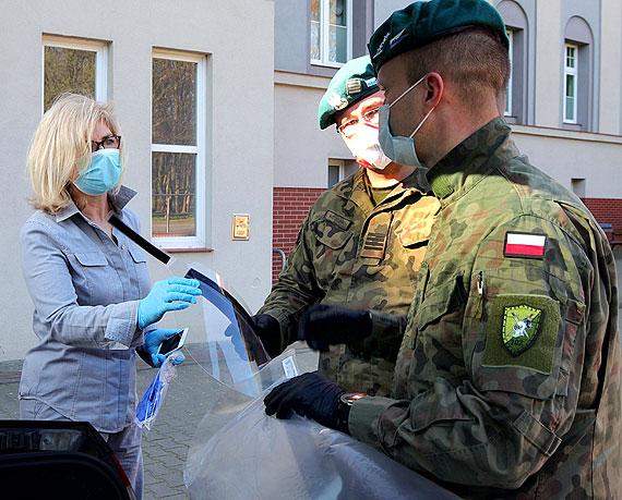 102 Batalionu Ochrony z Bielkowa przekazali przyłbice ochronne dla szpitala w Świnoujściu. Zobacz film!